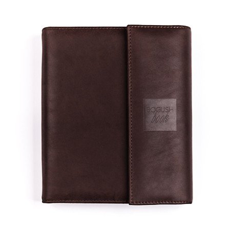 Практичный планировщик «Богушбук», выполненный из качественной натуральной кожи красивого коричневого цвета и в стандартной комплектации.